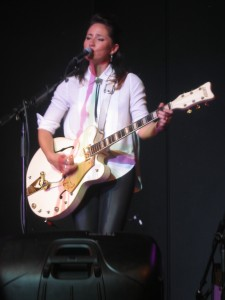"KT Tunstall Playing ""Hold On"""